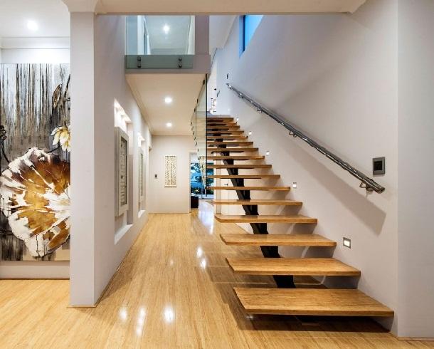лестница с одним косоуром и деревянными ступенями