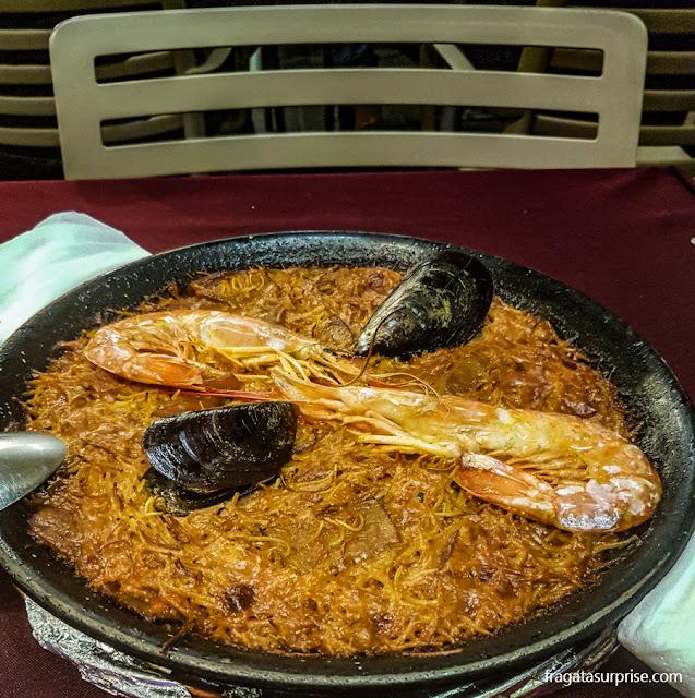 Fideuàs, prato típico de Barcelona