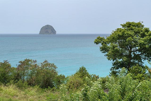 Le rocher du Diamant qui se dresse sur la mer des Caraïbes