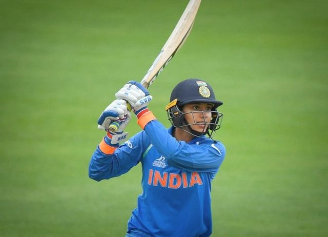 Smriti-Mandhana-left-handed-indian-woman-cricketer