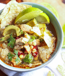 Würzige Suppe mit Limettensaft und Mais