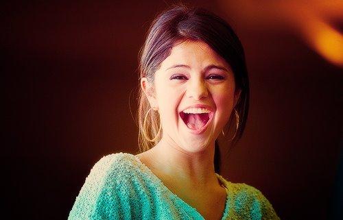ज्योतिष के अनुसार इस तरह से हंसने वाली लड़की से रहें सावधान, कर सकती हैं बर्बाद