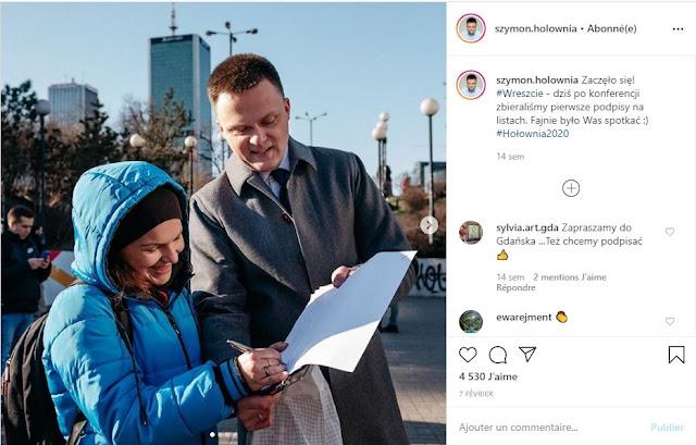 Szymon Hołownia rozmawia z potencjalną wyborczynią podczas zbierania podpisów pod swoją kandydaturą
