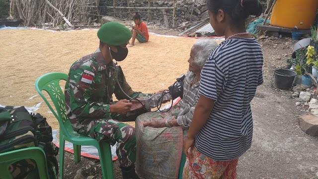 Peduli Kesehatan Warga, Personel Satgas Pamtas Yonif 742/SWY Berikan Pelayanan Door to Door.