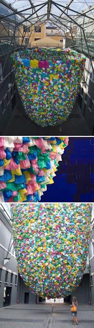 Instalación con bolsas de plástico de colores