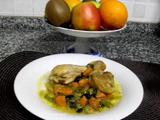 Muslos de pollo guisados con verduras picadas, caldo y curry