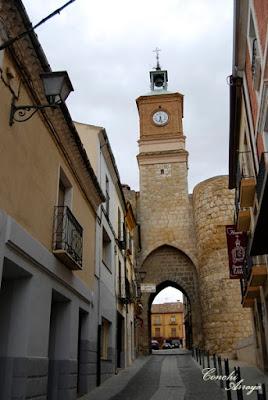 Puerta principal de entrada al recinto amurallado de Almazan, llamada de la Villa, rematada con latorre del reloj