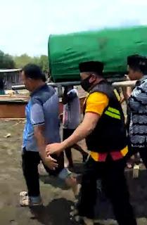 Selain Melayat, Bhabinkamtibmas Pulau Barrang Caddi Ikut Usung Jenazah Warga ke Pemakaman