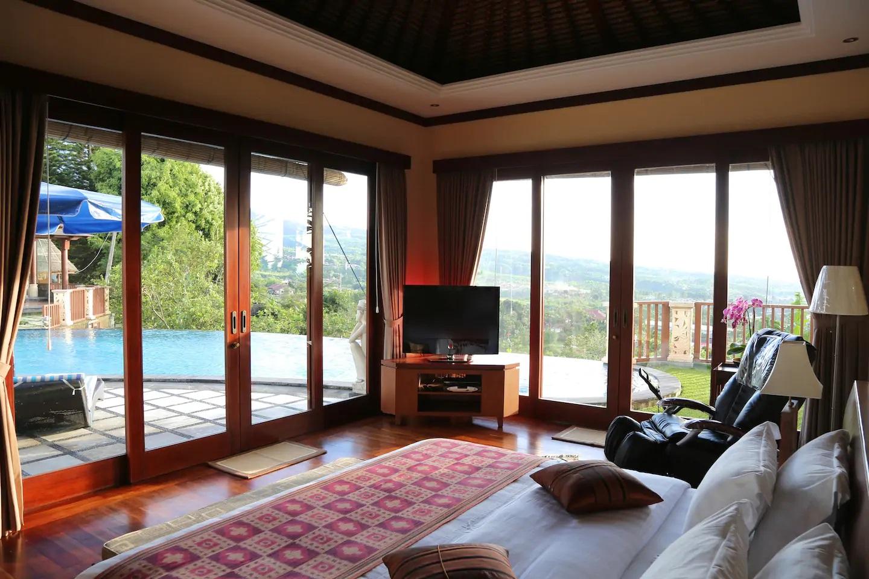 villa di puncak bogor dengan pemandangan gunung