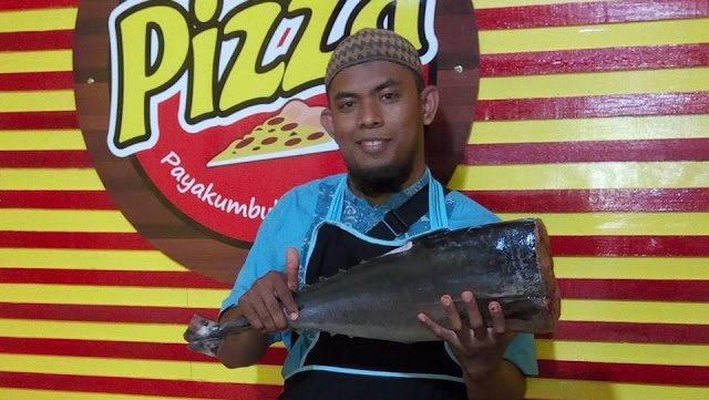 Salut! Pengusaha Pizza Asal Payakumbuh Tuai Pujian Dan Doa Setelah Pasang Banner Ini