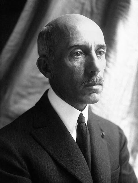 ff791ac06166 Em janeiro de 1926 apelou à Liga das Nações para que se impedisse a  utilização de aviões como armas de guerra. Chegou a oferecer dez mil  francos para quem ...