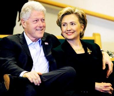 Foto de Bill Clinton abrazando Hillary Clinton