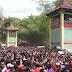 Ribuan Warga Berebut Apem Bertuah Di Saparan Yaqowiyu Jatinom.