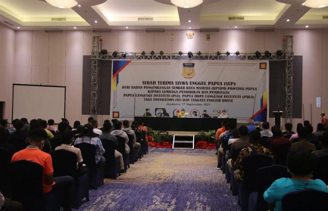 Aryoko Rumaropen Lepas 250 Pelajar Asli Papua ke 4 Lembaga Pendidikan di Jayapura Raya.lelemu.com.jpg