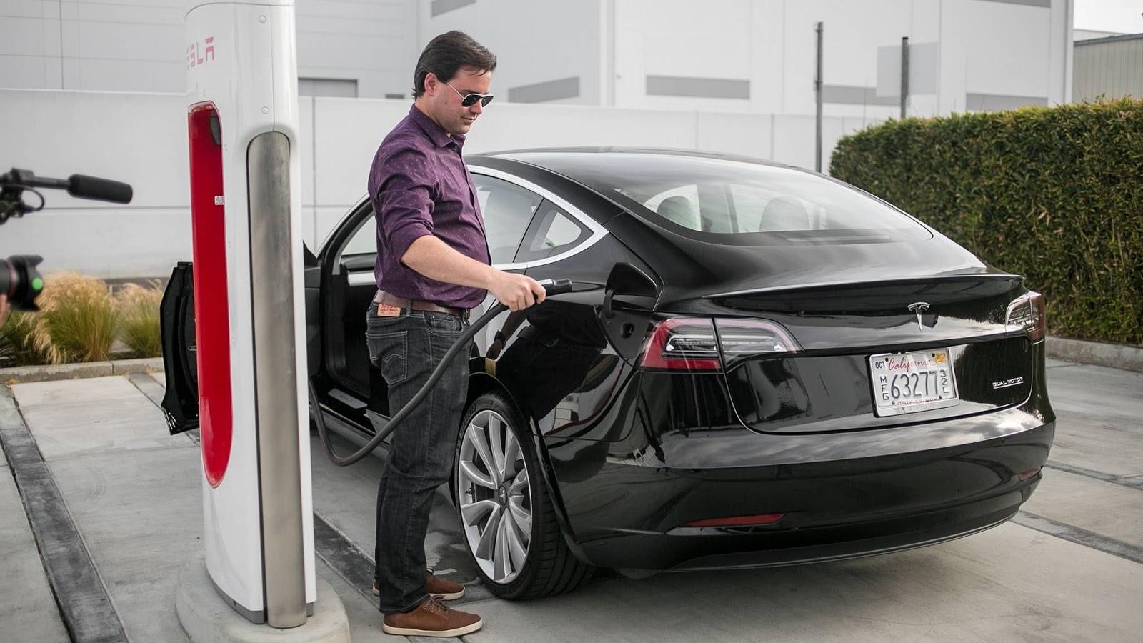 Tesla Model 3 en supercharger