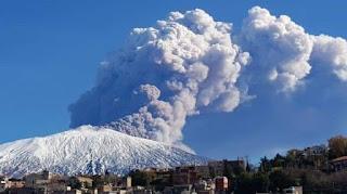 130 sismos volcánicos provocan erupcion del volcan etna.