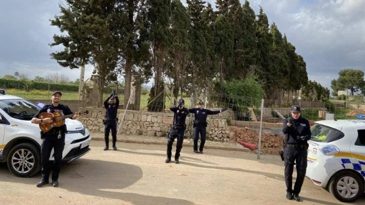 Policías de España cantan por las calles para elevar el ánimo de quienes están en cuarentena