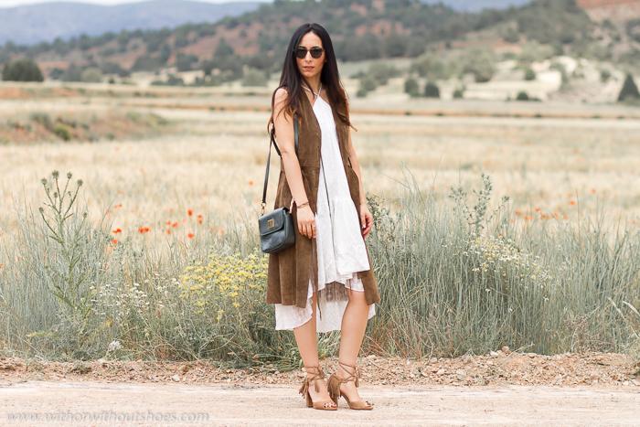 como combinar un vestido blanco con sandalias de tacon