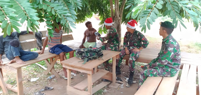 Pakai Topi Santa Claus, Satgas Yonif 411 Kostrad Berikan Layanan Kesehatan Keliling