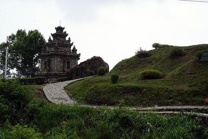Jalan cor menuju Candi Gedong II