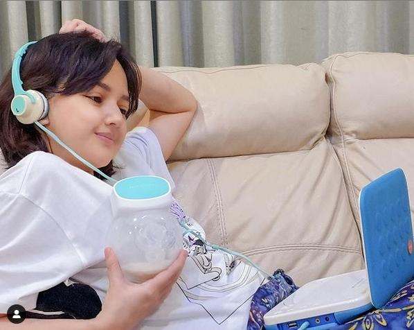 Angelica Simperler Dikira Anak SMP Saat Unggah Foto Sedang Memompa ASI.lelemuku.com.jpg