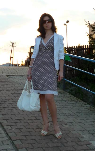 brązowa sukienka kremowe szpilki biały zakiet