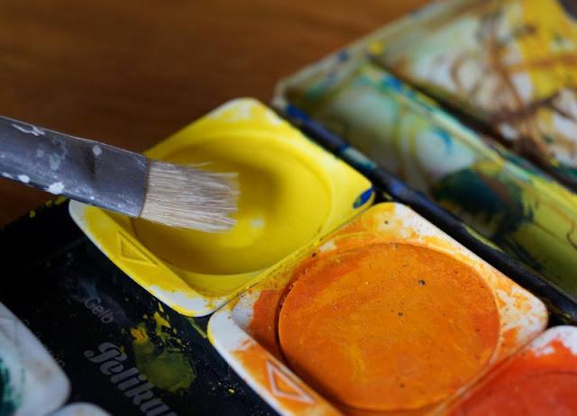 DIY: Mit Wasserfarben Fische aus Handabdrücken zaubern. Mit Wasserfarben aus dem Malkasten gelingen die Hand-Abdrücke Eurer Kinder ganz einfach!