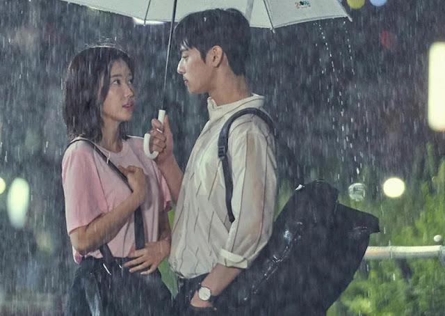 امرأة و رجل تحت الأمطار بمظلة