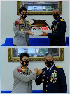 Kapolda Sulsel Beri Kejutan Kue Ultah di HUT TNI 75  ke Pangkoops AU II Makassar