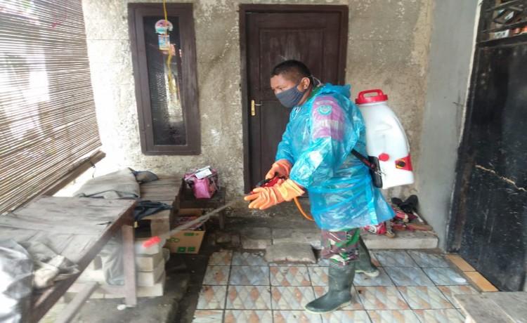 Cegah Covid-19, Pemdes Ketos dan TNI-Polri Lakukan Penyemprotan Disinfektan ke Rumah-rumah Warga