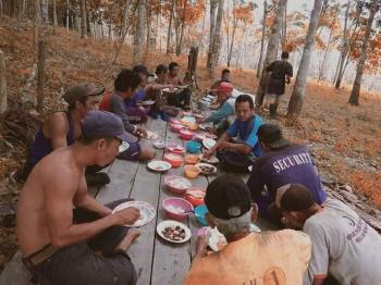 Makan bersama saat manugal