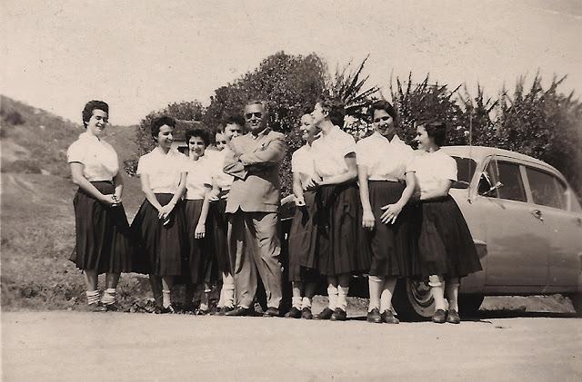 Professor Guilherme Santos Neves entre suas alunas do Colégio do Carmo durante trabalho de pesquisa folclórica. Anos 1950.