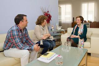María Luisa Real, Consejera de Sanidad, Carmen Rumayor y Abraham Urbón, representantes de ASW-Cantabria