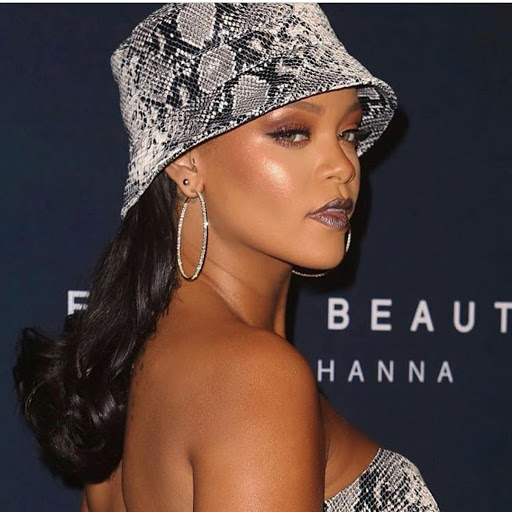 Rihanna wearing sneak print bucket hat