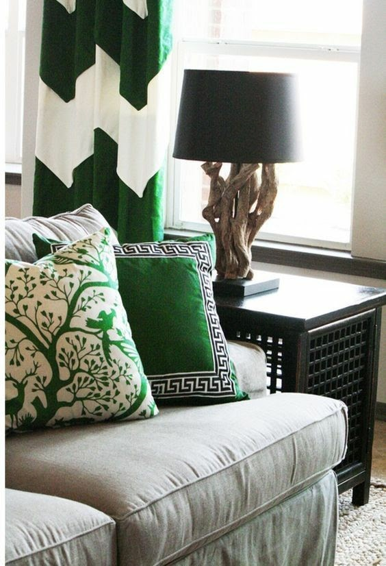 Verde esmeralda. É uma cor forte, que marca presença e representa renovação, prosperidade e cura segundo o Feng Shui. É uma cor luxuosa também.