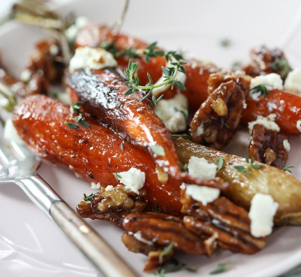 ROASTED CARROTS WITH CANDIED PECANS AND GOAT CHEESE #vegetarian #thanksgiving