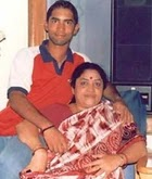 dinesh karthik with her mother