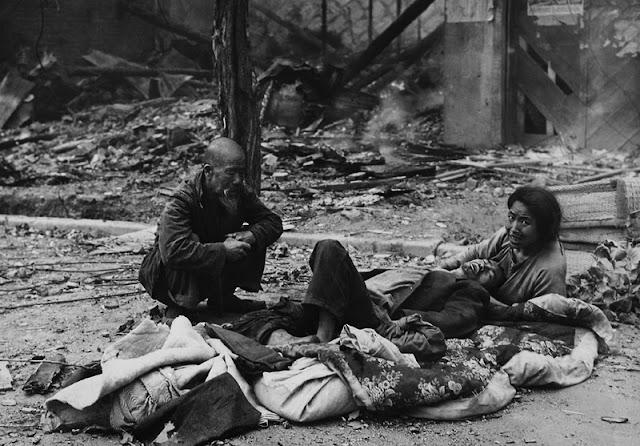 Familiares llorando a sus muertos tras la reconquista de Seúl