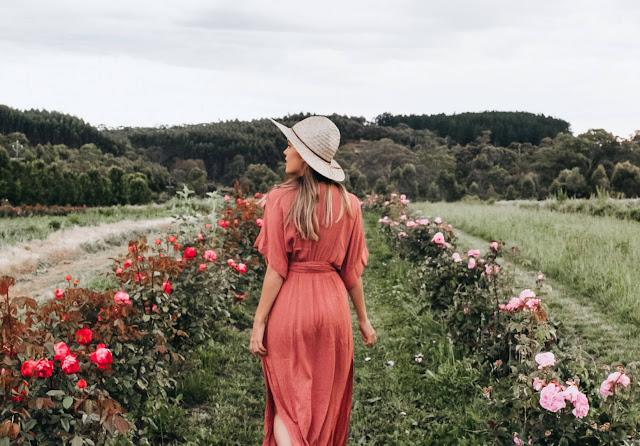 """Trang trại được thành lập bởi Jürgen và Ulrike Klein, một nhà hóa sinh và một nhà thực vật học nổi tiếng với niềm tin bất diệt về khả năng chữa lành của thiên nhiên. Họ đã tìm kiếm trên thế giới một vùng """"đất lành"""" để mở trang trại Jurlique và trồng cấy các loại hoa để sản xuất các sản phẩm skincare. Cuối cùng, trang trại đã được xây dựng tại vị trí tuyệt đẹp ở một ngọn đồi miền Nam nước Úc."""