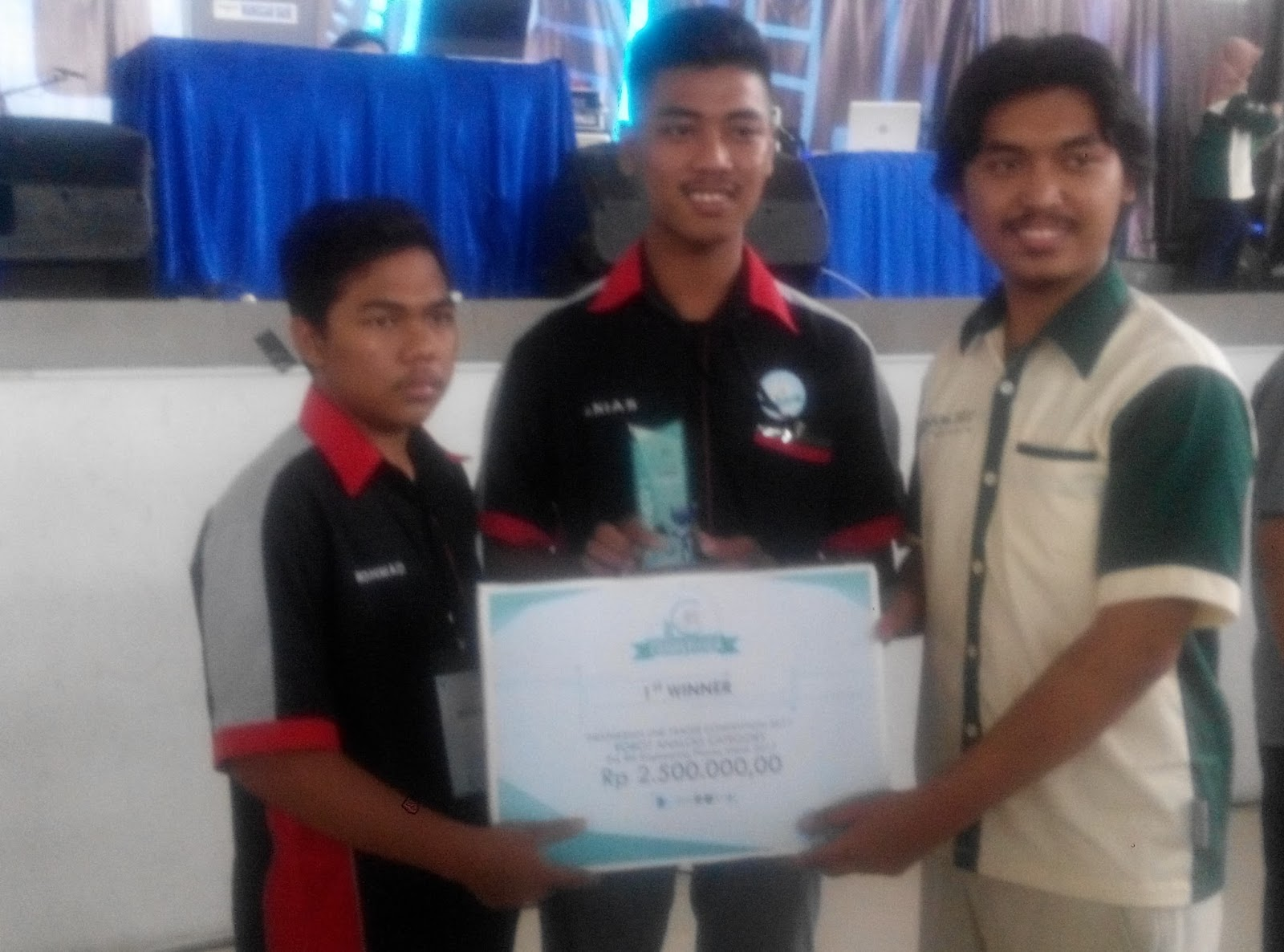 Teknik Elektronika Industri Sang Juara Indonesia Line Tracer Competition 2017