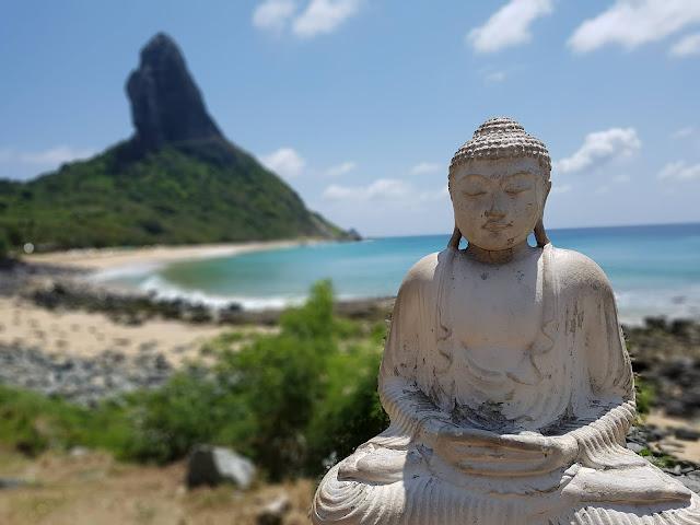 ... e do outro a Praia da Conceição, com o Morro do Pico ao fundo - Bar do Meio - Fernando de Noronha