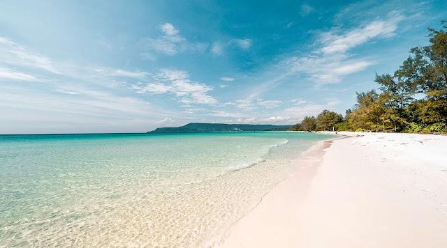 Tiếp theo đó là cảm giác được chạm chân xuống làn nước xanh trong veo chạm đáy, với những đàn cá bơi lội tung tăng. Bàn chân của bạn sẽ được bước trên những hạt cát trắng mịn trước khi đến khu resort.