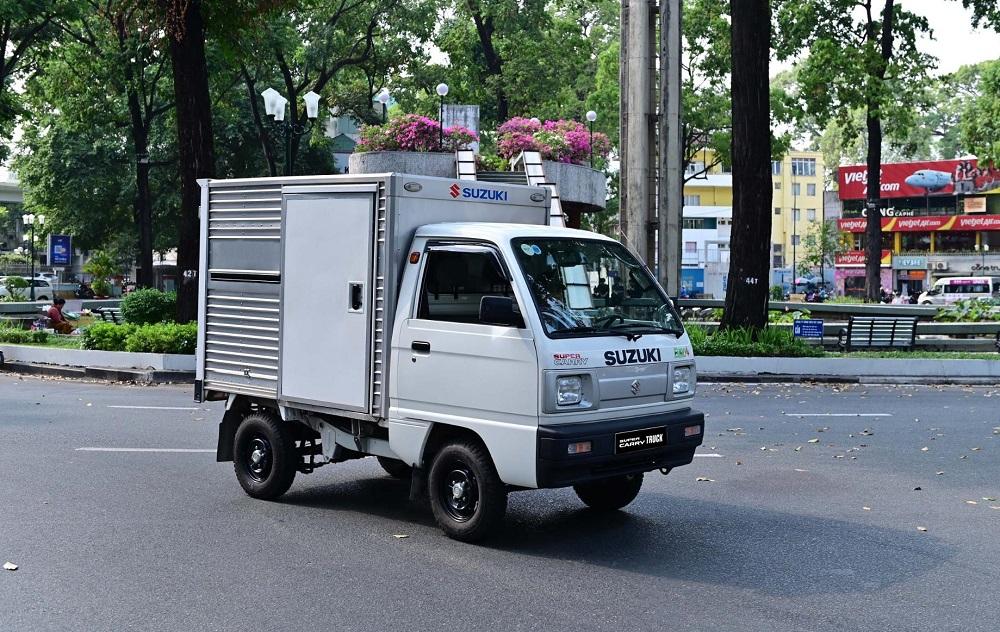Cầm lái Suzuki Carry Truck Truck, bác tài có thể vận chuyển linh hoạt, dễ dàng trong đô thị đông đúc hay ngõ hẹp nhờ bán kính vòng quay tối thiểu chỉ 4,1 m