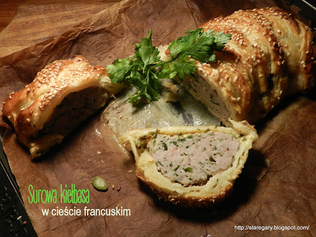 Surowa kiełbasa w cieście francuskim