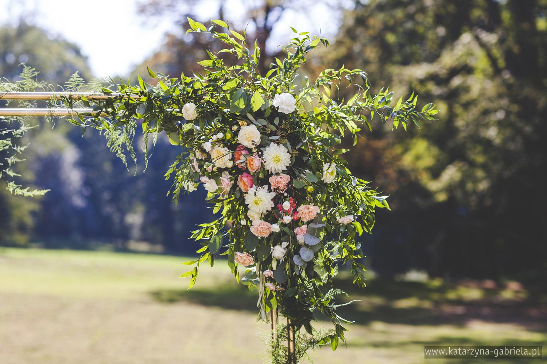 Dekoracje slubu w plenerze, kwiaty do ślubu, romantyczny ślub w ogrodzie, Śluby międzynarodowe, Polsko Francuskie wesele, Ślub Cywilny w plenerze, Ślub w stylu francuskim, Romantyczny ślub, Wesele w Pałacu Goetz, Blog o ślubach, Najpiękniejsze śluby w Polsce
