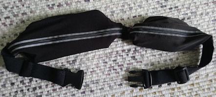 Kuvassa Vyölaukku lastattuna puhelimella, avaimella  ja pikkurahakukkarolla