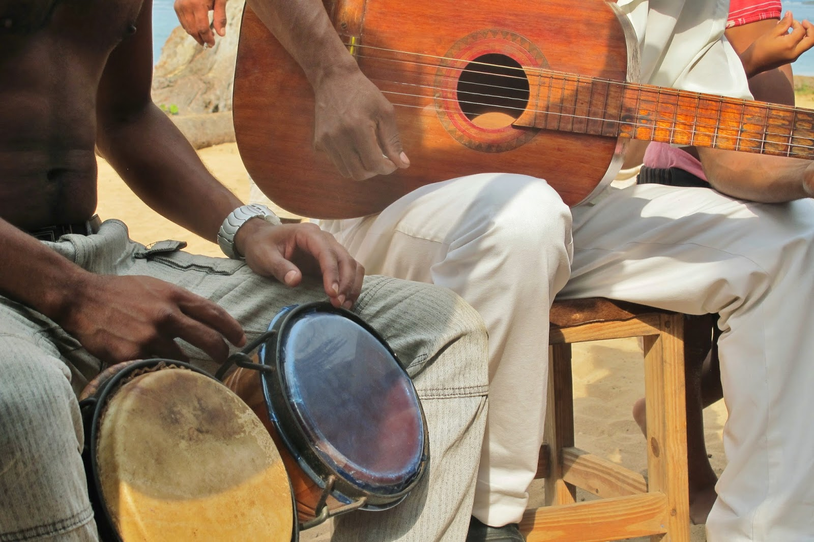 Nativo de Cuba, tocando na Playa Manglito, próximo à Baracoa