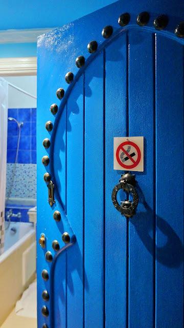 Фото открытой двери в номер отеля, Касабланка