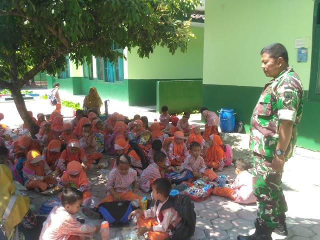 Outing Class dari TK A- B desa Slogo Datangi Koramil Tanon