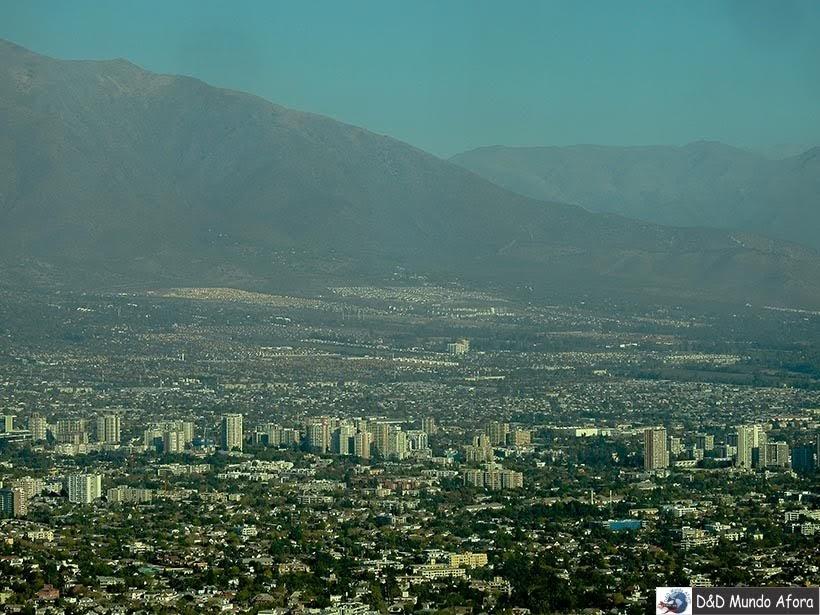 Santiago e as Cordilheiras dos Andes vista do Sky Costanera no Chile
